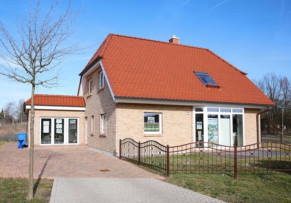 Musterhaus strausberg von city haus for Hausbau moderner baustil