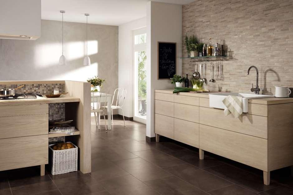 Offene Küchengestaltungen lassen sich durch einen einheitlichen keramischen Bodenbelag mit dem Wohnraum verbinden. Foto: djd/IV-Jasba