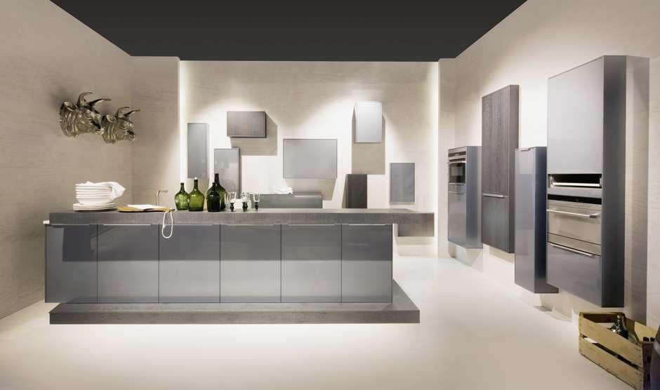 Eine Thekenlösung inmitten der Küche ist sehr funktional, denn sie ermöglicht das Arbeiten von allen Seiten. Foto: AMK