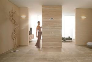 Es sind auch die unsichtbaren Details, die ein Bad zu etwas Besonderem werden lassen: Die bodenebene Duschfläche passt sich tadellos in den Raum ein. Das Wasser fließt über die Wand ab. Foto: Vereinigung Deutsche Sanitärwirtschaft (VDS) / Kaldewei
