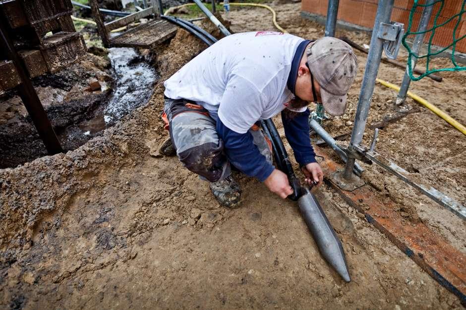 Damit die U-Rohr-Sonde in die Bohrung eingebracht werden kann, wird am Sondenfuß ein Einbaugewicht befestigt. Foto: Bauherren-Schutzbund e.V.