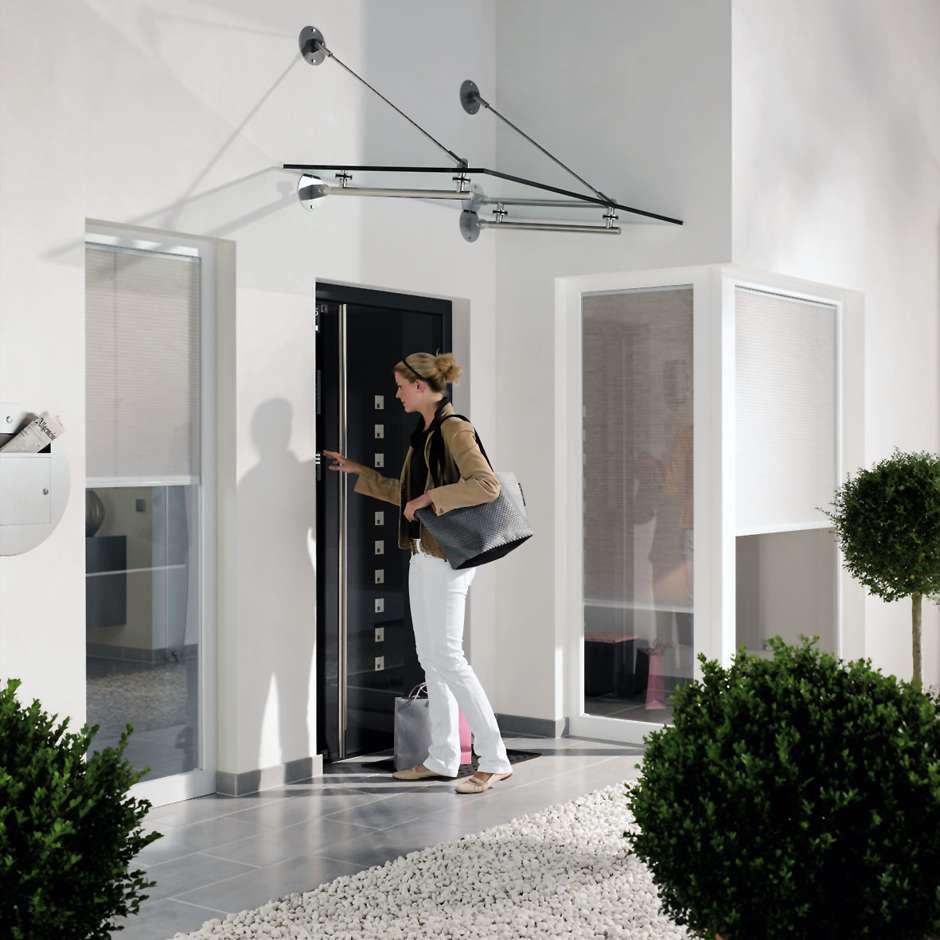 Mehr Sicherheit und Komfort an der Haustür: Die Zutrittskontrolle erfolgt wahlweise durch das Tastatur-, Kartenlese- oder Fingerprint-Modul. Bewegungsmelder, Videokamera und Näherungstaster ergänzen das Modulprogramm. Foto: djd/Schüco
