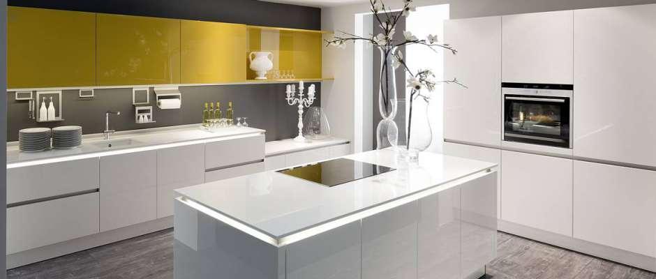 Die neue leichtigkeit in der küche fast wie optisch über den unterschränken schwebend wirkt diese