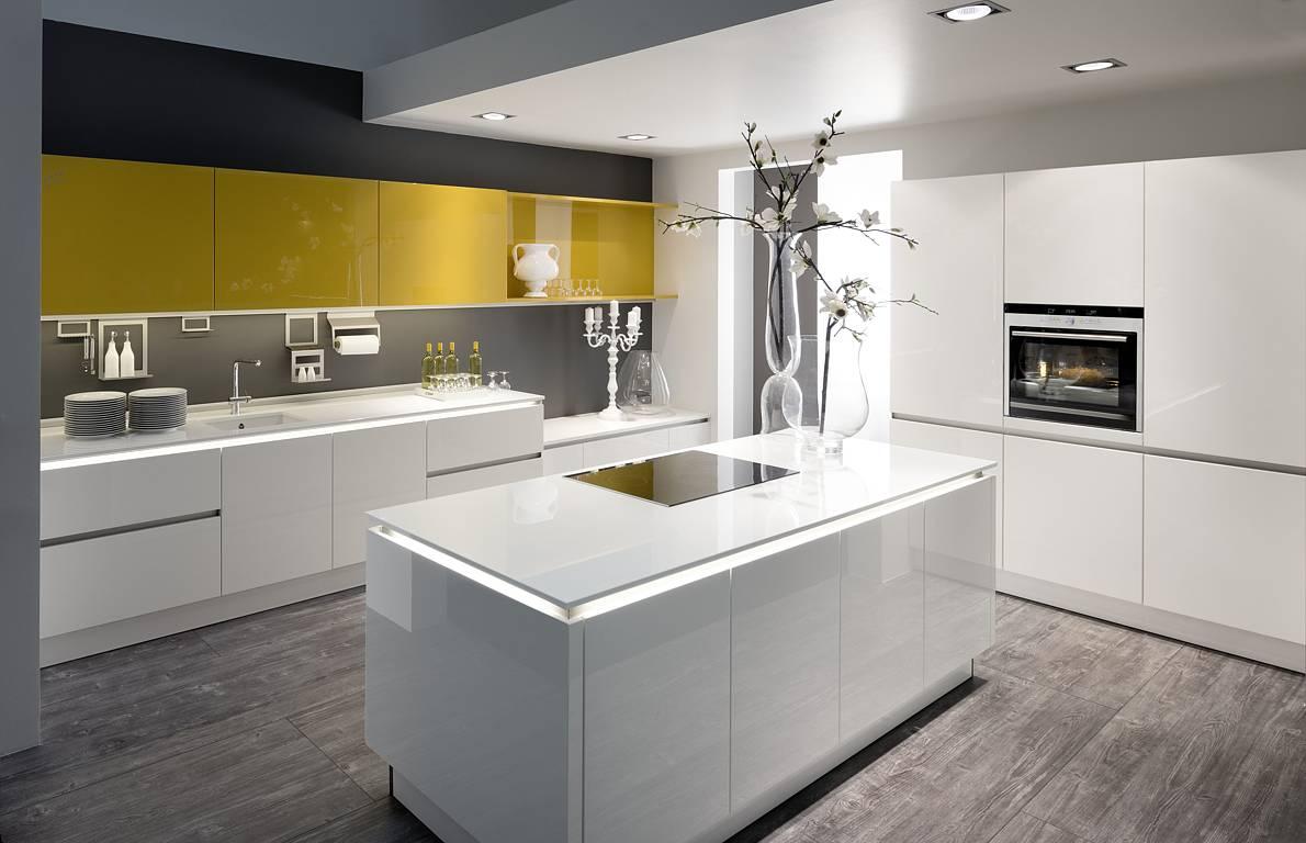 Die neue Leichtigkeit in der Küche. Fast wie optisch über den Unterschränken schwebend wirkt diese indirekt beleuchtete Küchenarbeitsplatte. (Foto: AMK)
