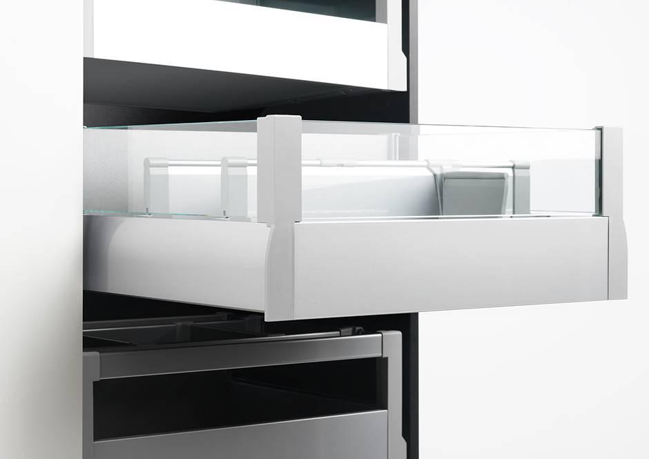Elegant und zeitgemäß verstauen lassen sich Küchenutensilien beispielsweise auch in diesem praktischen Innenauszug mit dreiseitigem Glasaufsatz. Foto: AMK
