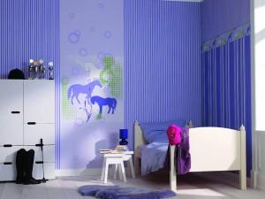 Die Farbgebung und das Muster der Tapete spielen bei der Raumgestaltung von Jugendlichen eine große Rolle, denn sie beeinflussen die gesamte Atmosphäre des Zimmers. Foto: djd/Deutsches Tapeten-Institut