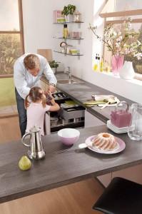 Die Arbeitsplatte sollte nicht nur optisch zu den Küchenmöbeln passen, sie sollte auch robust, hitzebeständig und einfach zu reinigen sein. Foto: djd/KüchenTreff GmbH & Co. KG