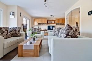 Das Wohnzimmer ist großzügig und hell gestaltet Foto: Fabian Möbis