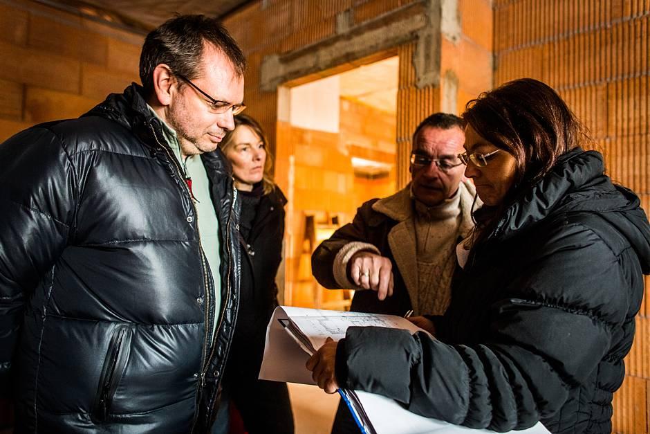 Lagebesprechung auf der Baustelle: BSB-Bauherrenberaterin Carola Giertz (rechts), Bauleiter und Bauherren prüfen anhand der Planungsunterlagen den Istzustand. Quelle: BSB e.V.