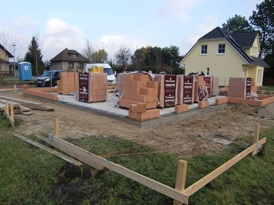 Mit der ersten Steinlage für das Erdgeschoss beginnt das Haus in die Höhe zu wachsen. Quelle: BSB e.V.
