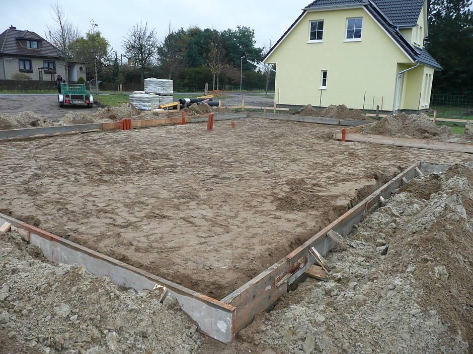 Vor der Verfüllung der Fundamentgräben wird die sachgerechte Verlegung der Leerrohre und des umlaufenden Fundamenterders geprüft. Quelle: BSB e.V.