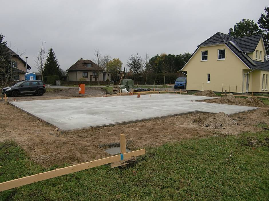 Die fertige Bodenplatte macht die Dimensionen des künftigen Hauses vorstellbar. Quelle: BSB e.V.