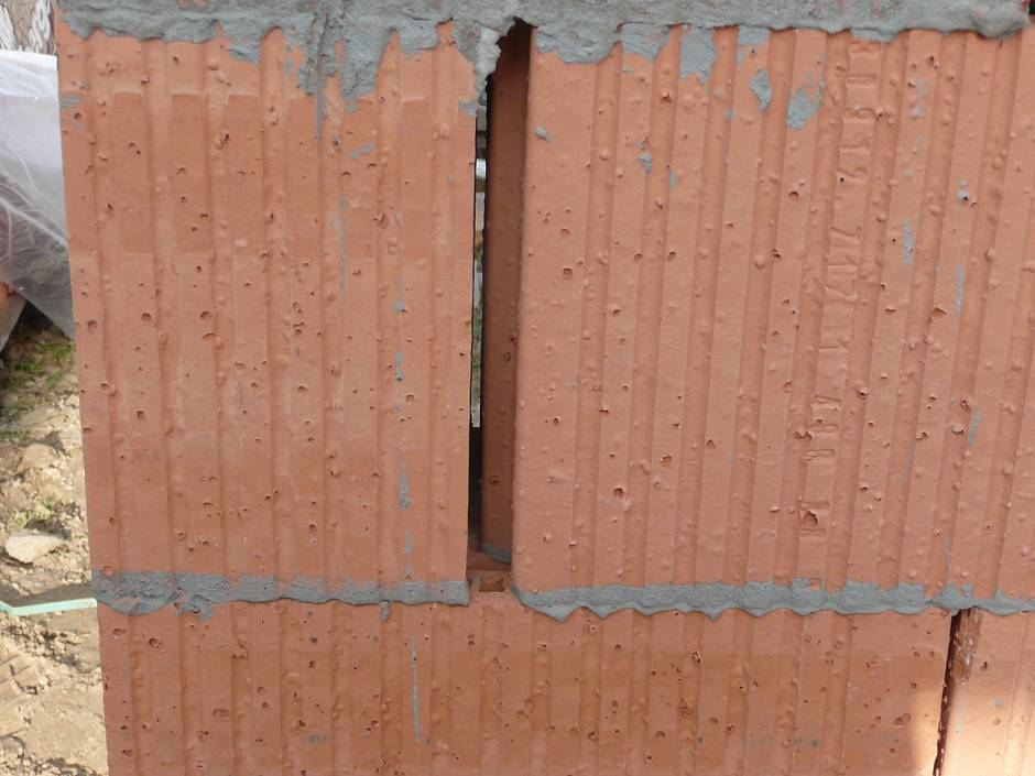 Nach Baustellenkontrolle: Breite Fugen und Ausbrüche im Mauerwerk sind fachgerecht mit Leichtmörtel zu verschließen Quelle: BSB e.V.