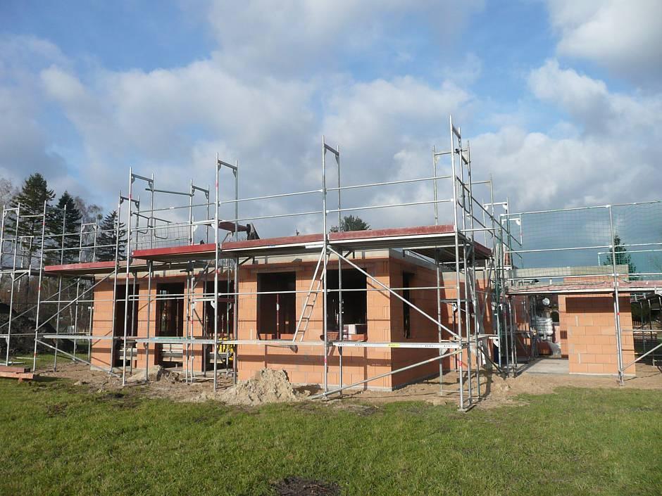 Ein Blick aus dem Garten zeigt: Der Rohbau des Einfamilienhauses ist bis zur Mauerkrone fertiggestellt. Quelle: BSB e.V.