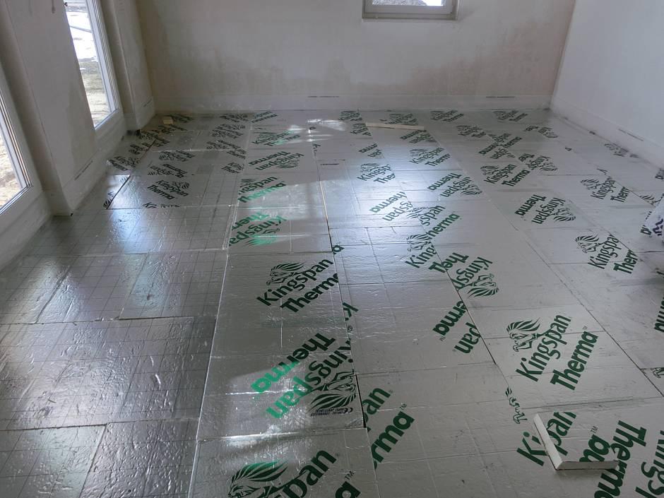 Der Rückbau der Heizschlangen und Fußbodendämmung im Erdgeschoss ist erfolgt, neue Dämmung gemäß Vertragsvereinbarung wurde eingebaut. Quelle: BSB e.V.