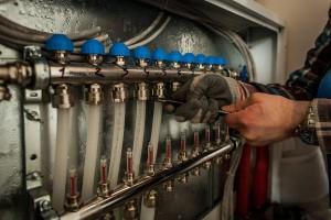 Die Heizungsrohre werden an den Heizkreisverteiler angeschlossen. Quelle: BSB e.V.