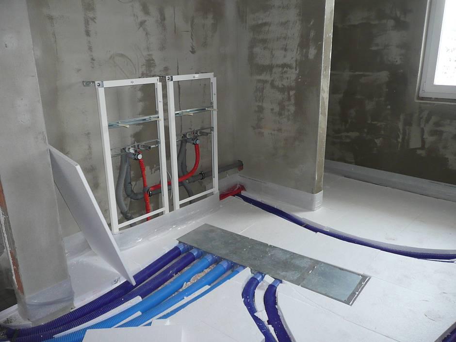 Begutachtung der verlegten Lüftungskanäle innerhalb der Fußbodendämmung auf der Rohdecke im Obergeschoss des Bades Quelle: BSB e.V.