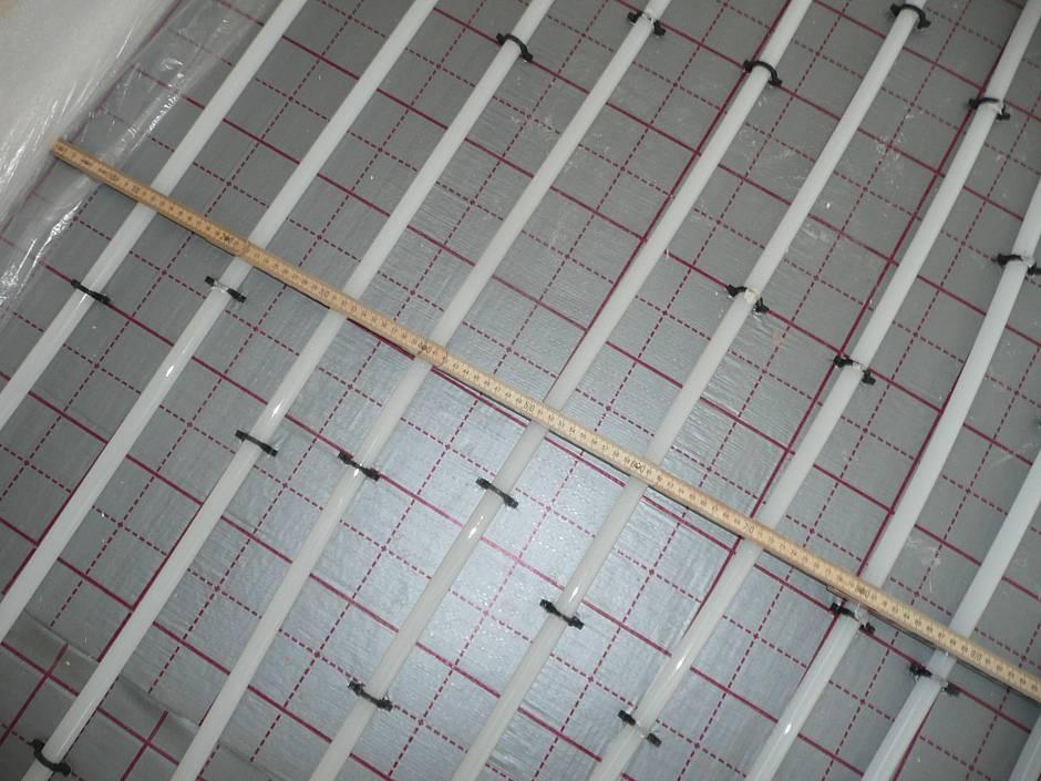 Stichprobenartig wurden die Abstände der Heizleitungen zur Wand sowie untereinander kontrolliert. Die Abstände müssen etwa 10 bis 12 cm betragen. Quelle: BSB e.V.
