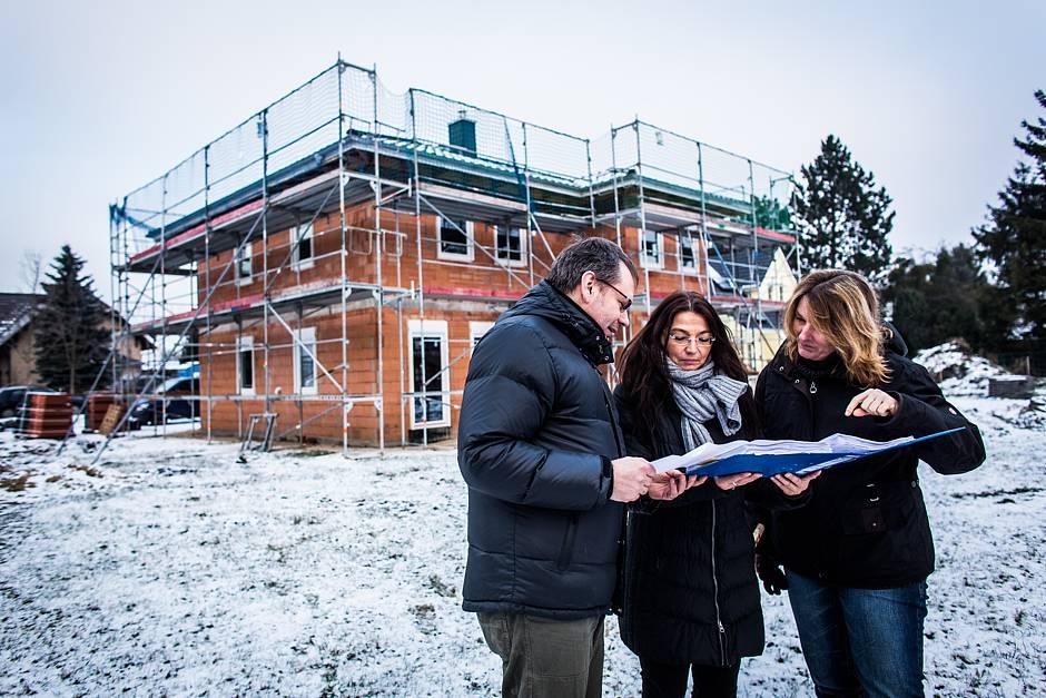 Die Baustellenbegehung mit den Bauherren ergibt, dass der Rohbau gut für den Winter vorbereitet ist. Dachstuhl, Fenster und Haustür sind montiert, das Dach ist gedeckt. Quelle: BSB e.V.