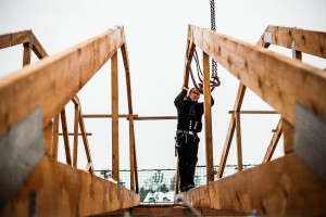 Die Dachbinder werden mittels Kran auf das Obergeschoss in die richtige Position gebracht. Quelle: BSB e.V.