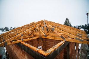 Kontrolle der Dachbinderkonstruktion: Visuell wird geprüft, ob Nagelblech- und Winkelverbindungen korrekt befestigt worden sind. Quelle: BSB e.V.