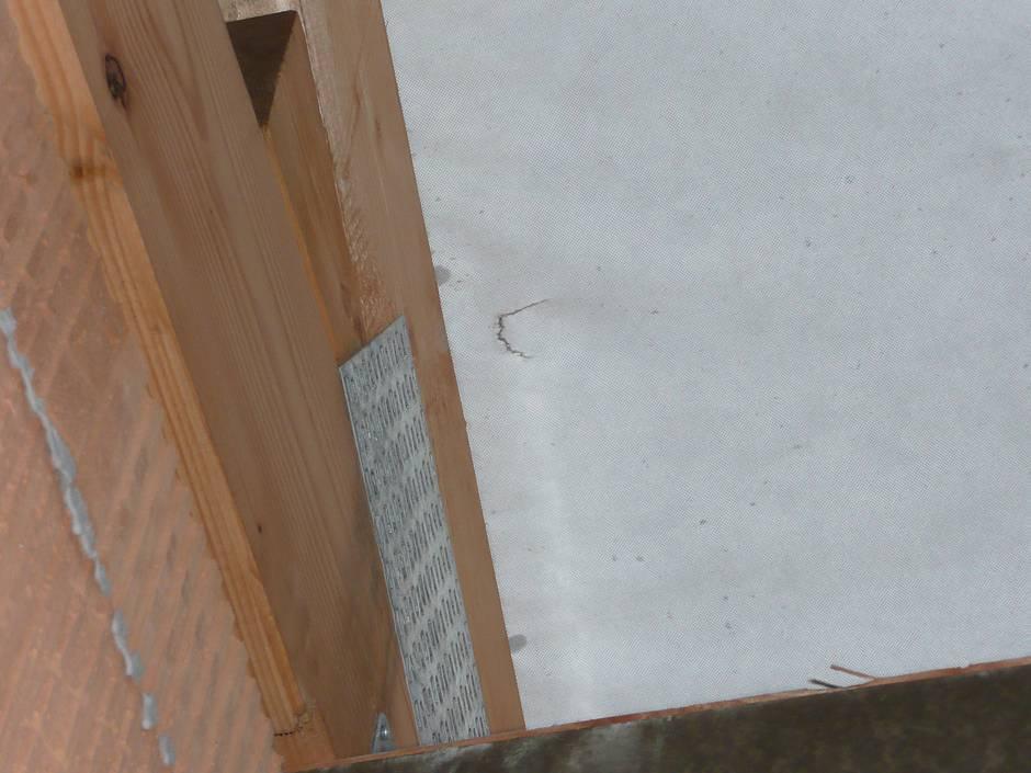 Der in der Unterspannbahn festgestellte Riss ist fachgerecht abzukleben. Quelle: BSB e.V.