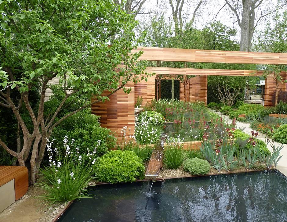 Foto: BGL. - Ein Gartenteich lädt an lauen Sommerabenden und an sonnigen Wochenenden zum Entspannen im Garten ein.