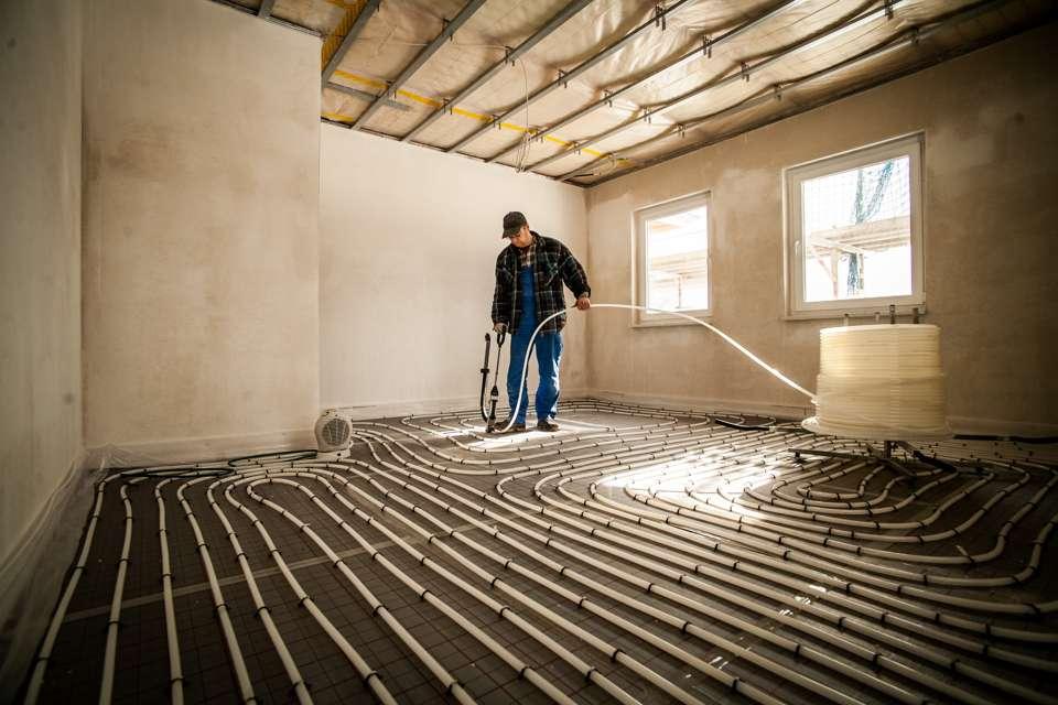 Flächenheizungen erwärmen Fußböden oder Oberflächen der Zimmerwände direkt. Bei Heizkörpern geschieht das auf Umwegen – diese erwärmen erst die Raumluft und diese wiederum die Zimmeroberflächen. Dafür ist eine höhere Temperatur als bei Flächenheizungen erforderlich. Zudem geht die erwärmte Luft beim Lüften schnell verloren. Quelle BSB e.V.