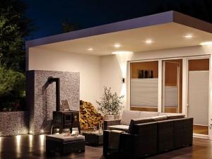 Kompakte, trittfeste Bodeneinbauleuchten lassen sich in Terrassendielen einfügen. Besonders praktisch sind solarbetriebene Modelle.