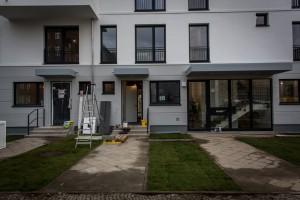 Haus im modernen Stil, Eingangsbereich zur Maisonettwohnung. Die Eigentumswohnung der Familie Lorenz befindet sich in einem Mehrfamilienhaus unweit des Berliner Stadtzentrums. Quelle: BSB e.V.