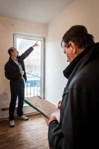 Bauherrenberater Weidemüller weist auf Fehlstellen an der Wand hin und prüft die Funktionsfähigkeit der Fenster. Quelle: BSB e.V.