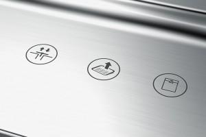 Der Scraper wird ebenso wie Abflussventil und Geschirrspülerventil über ein Touch Panel im Randbereich gesteuert. Foto: djd/KüchenTreff GmbH & Co. KG