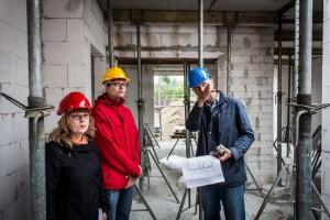 Bauherrenberater Weidemüller erläutert, dass die Trennwand aus statischen Gründen statt aus Porenbeton aus Kalksandstein gemauert werden muss. Foto: BSB e.V.