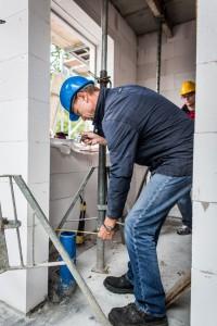Das Leerrohr für die Trinkwassereinspeisung ist 50 cm von der Außenwand entfernt und damit falsch positioniert. Entsprechend der Einbaurichtlinien der Berliner Wasserbetriebe ist eine Neuverlegung unumgänglich. Foto: BSB e.V.