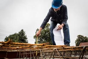 Bauherrenberater Weidemüller kontrolliert und dokumentiert an verschiedenen Stellen die Betonüberdeckung der Bewehrung. Für die Ausführung, Begutachtung und Bewertung der Geschossdeckenbewehrung sind der Statiker und der Verfasser der statischen Berechnungen verantwortlich.