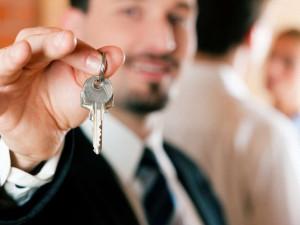 Schlüsselübergabe durch den Vermieter Foto: Kzenon - Fotolia