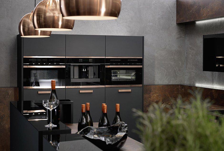 Für einen optimalen Arbeitsablauf in der Küche werden Backofen, Kaffeevollautomat und Dampfgarer in ergonomischer Sichthöhe nebeneinander eingebaut. (Foto: AMK)