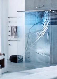 Für diejenigen, die sich in der Dusche ein klitzekleines Stück ihrer Privatsphäre bewahren möchten, bieten Markenhersteller u. a. mit einem Laser bearbeitete Gläser. Je vollflächiger die Ornamente oder Grafiken aufgebracht sind, desto größer ist der Sichtschutz. Bild: Vereinigung Deutsche Sanitärwirtschaft (VDS) / Glassdouche
