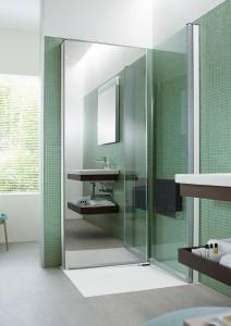 Muss nicht zuletzt aus Platzmangel im Bad auf eine Walk-in-Baureihe verzichtet werden, kann eine Dusche, die quasi erst entsteht, wenn man sie schließt, eine passende Lösung sein. Bei Nichtgebrauch sind die Türen, eine davon verspiegelt, ganz flach an der Wand geparkt. Das bringt mehr Bewegungsfreiheit. Der Raum erscheint optisch größer und noch dazu aufgeräumter, weil eine der Türen die Brausearmatur verdeckt. Bild: Vereinigung Deutsche Sanitärwirtschaft (VDS) / Duravit