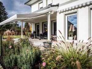 Im Sommer ist die überdachte Terrasse mit Blick in den Garten der Lieblingsplatz der Wusowskis.