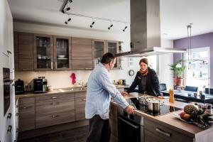 Die Küche mit fließendem Übergang in den Wohnbereich gibt dem Raum  Gemütlichkeit und  Großzügigkeit, so dass er der bevorzugte Treffpunkt im Haus ist.
