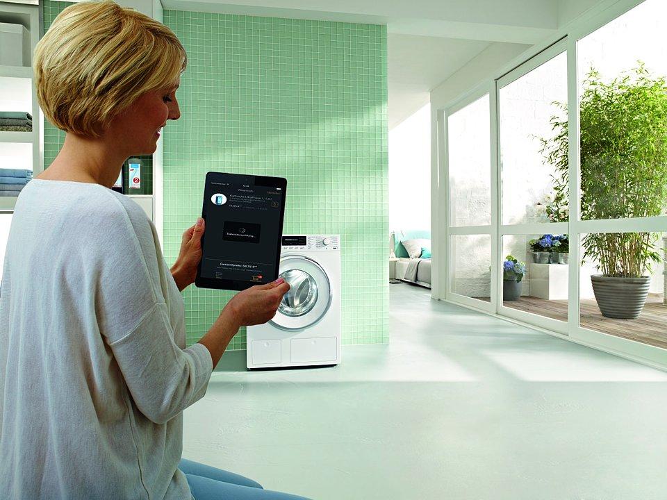 EditionConn@ct ist das weltweit erste vernetzte Dosiersystem. Ist das Reinigungsmittel fast aufgebraucht, sendet das Gerät automatisch eine Nachricht auf das Tablet oder Smartphone. Gleichzeitig besteht die Möglichkeit, den Bedarf nachzubestellen. Foto: Miele