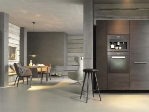 Hoch eingebaute Elektrogeräte sind in einer modernen Küche Pflicht. Sie sind nicht nur praktisch und rückenschonend, sondern sehen auch gut aus. (Foto: AMK