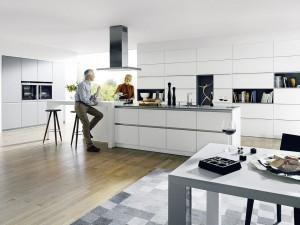 Gerade bei offenen Küchenplanungen mit Kochinseln kommt es auf leise und leistungsstarke Dunstabzugshauben an. Die Küche sieht damit nicht nur schick aus, sie verhindert unangenehme Gerüche und eine laute Geräuschkulisse. Der Kunde hat somit viel Freude damit. (Foto: AMK)