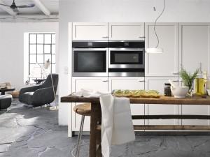 Auch bei Renovierungen setzen die Kunden immer mehr auf offene Planungen und reißen sogar Wände ein. Bei Möbeln im Landhausstil bieten moderne Beschläge und Geräte eine nahezu geräuschlose Küchenumgebung. (Foto: AMK)