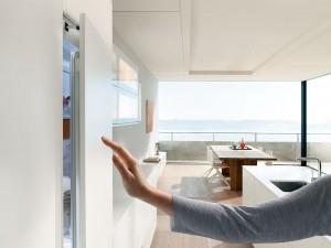 Lifestyle der besonderen Art  eine komfortable Öffnungsunterstützung für Kühl- und Gefrierschränke, die sich hinter den grifflosen Fronten verbergen. (Foto: AMK)