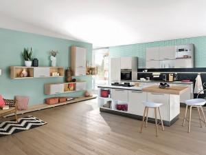 Auch im offenen Grundriss machen Einbauregale die Küche wohnlich und gemütlich. (Foto: AMK)
