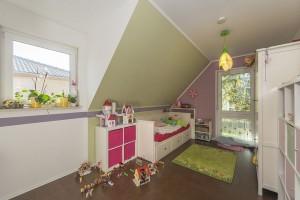 Der Stolz der achtjährigen Tochter: Ihr Kinderzimmer im Obergeschoss mit großem Schrank zum Versteckspielen.  Foto: Roth-Massivhaus / Gerhard Zwickert