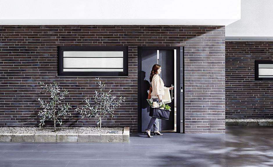 Die Haustür als Visitenkarte des Hauses… Foto: VFF/Schüco International