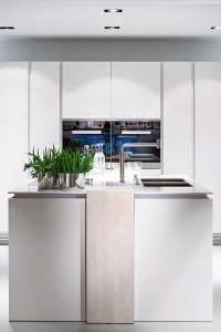 Klare Linien und ein Mix aus hochwertigen Hölzern und modernen Farbtönen prägen die aktuellen Küchentrends. Foto: djd/Poggenpohl Möbelwerke GmbH
